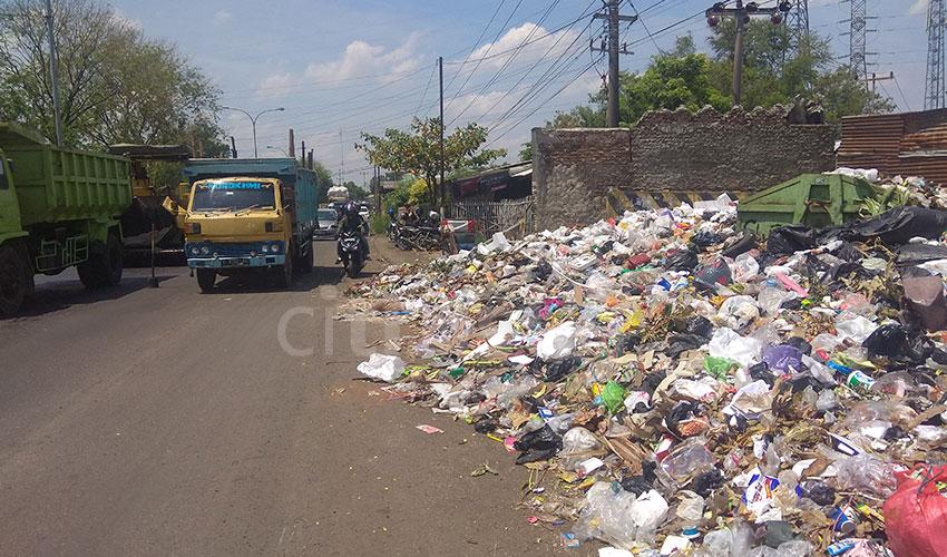 Sampah Dekat Goa Sunyaragi Nyaris Luber ke Jalan Raya