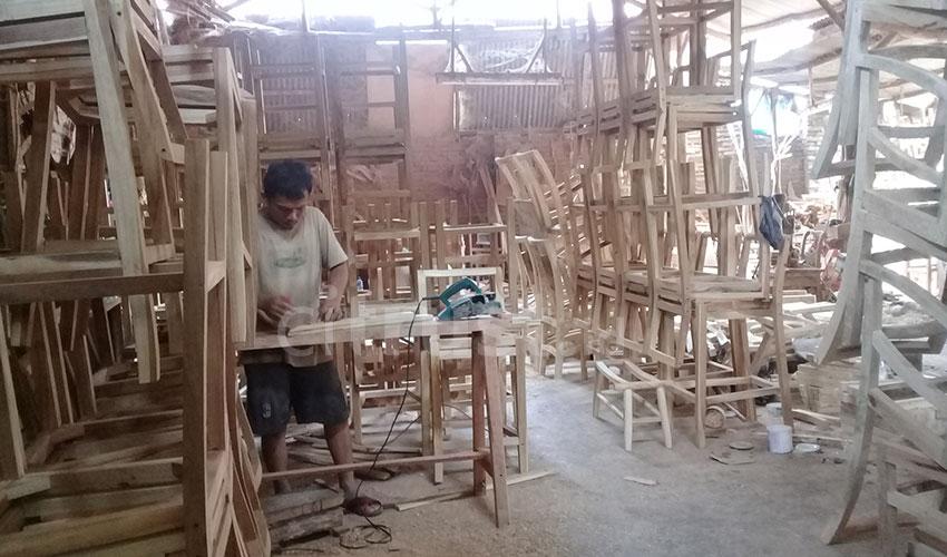 Bisnis Meubel Dongkrak Pendapatan EkonomiPengrajin Desa Kaliwulu