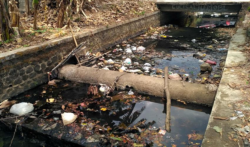 Miris! Sungai di Desa Kecomberan Kecamatan Talun Hitam dan Tercemar Sampah