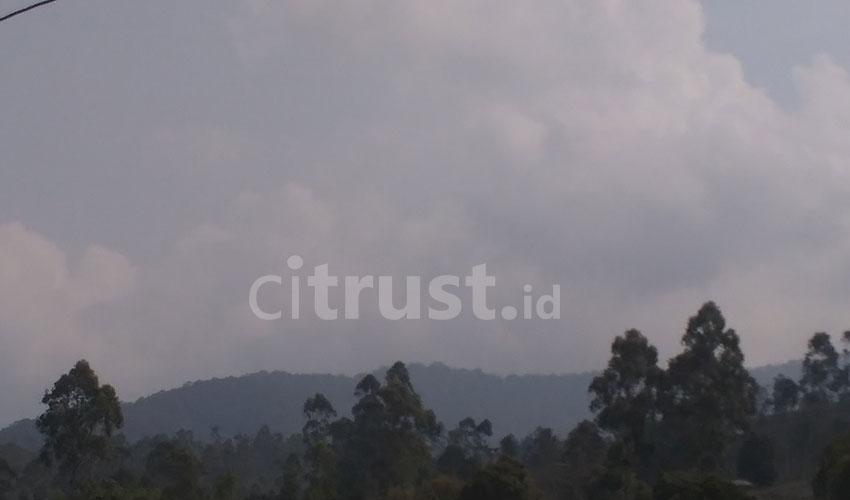 "Menelusuri Jejak Prabu Kiansantang di Bumi Lemahsugih-Majalengka Citrust.id - Prabu Kiansantang atau Pangeran Cakrabuana adalah salah satu putra dari Prabu Siliwangi. Tokoh penyebar Islam di tanah Sunda itu, konon pernah singgah di salah satu gunung di Lemahsugih-Majalengka yakni Gunung Cakrabuana. Atas dasar itu pula gunung tersebut dinamai Cakrabuana. Gunung dengan ketinggian 1721 mdpl ini, membelah di antara perbatasan lima kabupaten, Majalengka, Sumedang, Garut, Tasik, dan Ciamis. Di puncak gunung tersebut, menurut Hamim, selaku juru kunci, terdapat gundukan cadas berbentuk segi tiga yang merupakan tempat berkumpulnya para wali untuk membahas kelangsungan umat dan tanah air. Anehnya, lanjut dia, gundukan cadas kecil itu tetap bisa menampung banyak orang, meski secara nalar itu mustahil. ""Pas SD kami ke sana jumlahnya hampir lima puluh tapi tetap muat,"" jelasnya kepada Citrust.id di kediamannya, Selasa (16/10/2018). Berjalan kaki dari Dusun Cakrawati menuju puncak gunung, memerlukan waktu 2 setengah jam dengan medan yang cukup terjal. Sebelum sampai ke puncak, wisatawan akan disuguhkan dengan kulah air berukuran kecil. Kabarnya, ini tempat wudu Pangeran Cakrabuana. ""Tapi kalau kemarau panjang, biasanya mengering,"" lanjutnya. Banyak wisatawan yang datang untuk berziarah, selebihnya menikmati konservasi alam. Mereka tidak hanya berasal dari wilayah Ciayumajakuning, tapi dari Jakarta-Bogor juga turut berkunjung./evan"