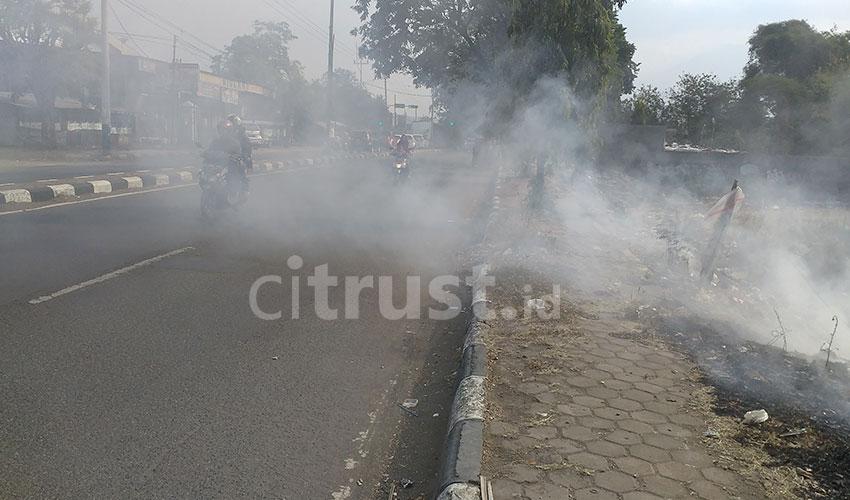 Asap Kebakaran di TPS Harjamukti Ganggu Warga dan Pengguna Jalan