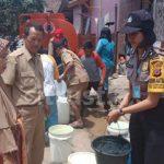 Bantarujeg Majalengka Kekeringan, Polwan Cantik Bantu Bagikan Air ke Warga