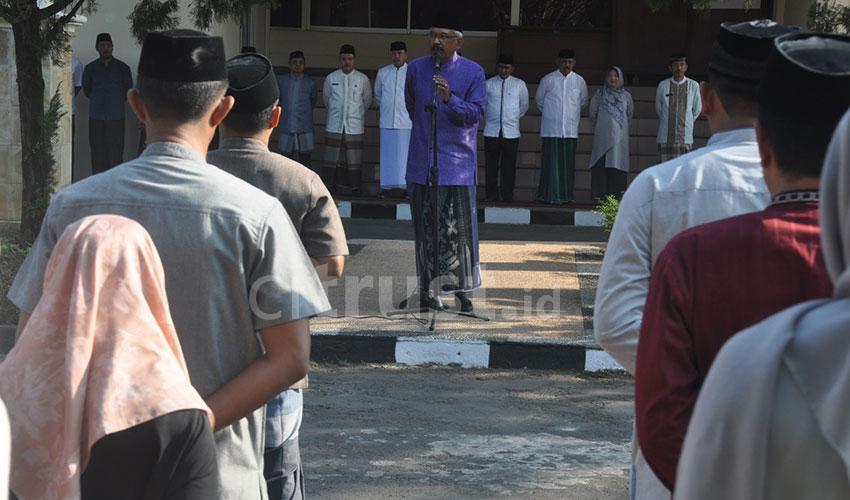 Sarung Jadi Simbol Pemkab Cirebon Meriahkan Hari Santri Nasional