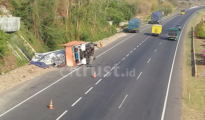 Truk Tronton Terguling di Ruas Tol Palikanci KM 204