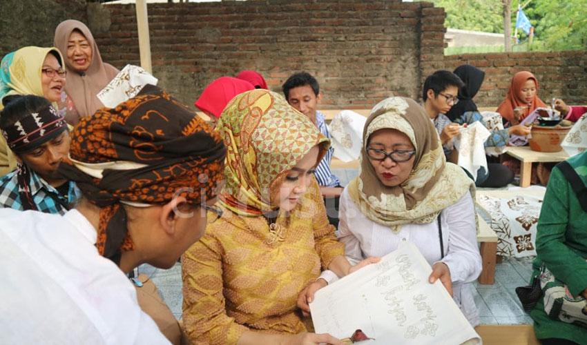 Warga Kriyan Kota Cirebon Dilatih Teknik Membatik
